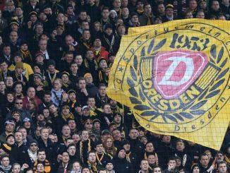 Anhänger von Dynamo Dresden auf der Tribüne. (Foto: Jens Wolf/Archiv)