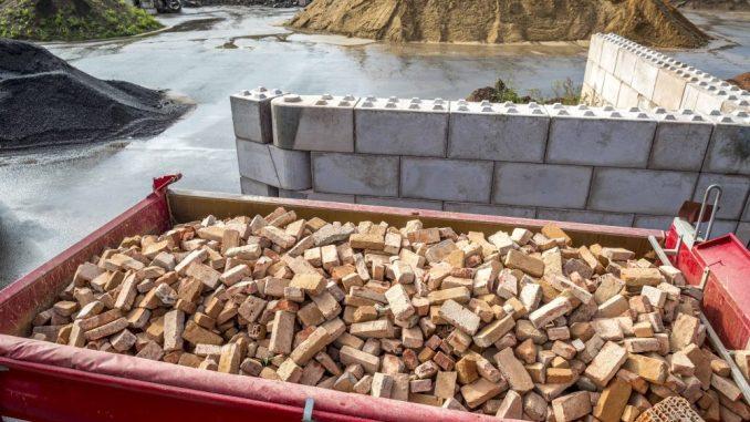 """Die Recycling-Firma Nestler baut das """"Lego für Männer"""". Mit den Steinen aus 75 Prozent Recycling-Schutt lassen sich Hallen bauen, oder sie finden Verwendung als """"Nizza-Steine"""". Foto: Eric Münch"""