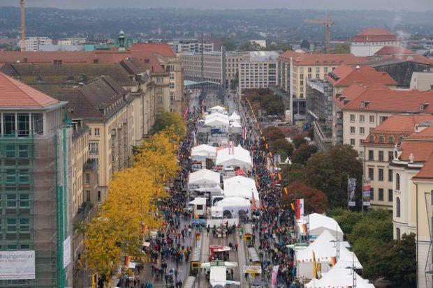 Besucher auf dem Bürgerfest zum Tag der Deutschen Einheit in Dresden. Foto: Sebastian Kahnert