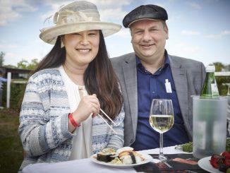 Oberbürgermeister Dirk Hilbert mit seiner Ehefrau Su Yoon Hilbert beim Aufgalopp im Mai 2016. Foto: Tobias Koch