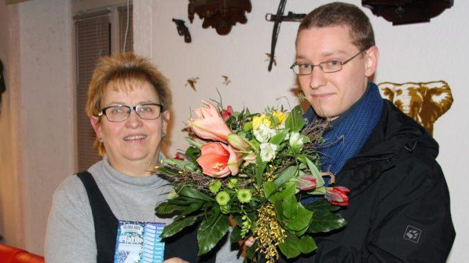 Angelika Weinhold bekam den Blumenstrauß des Monats von Oliver Goldberg vom DAWO!-Team überreicht. Foto: F. Sommer