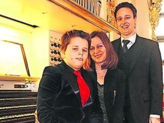 Oben an der Orgel: Frauenkirchenorganist Samuel Kummer und Irena Budryte Kummer. Sohn Lukas Kummer fungiert als Sprecher, während Frauenkirchenpfarrerin Angelika Behnke das geistliche Wort spricht. Fotos: PR
