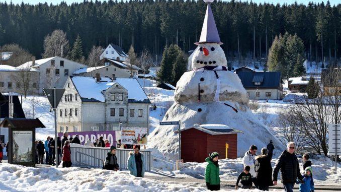 Der nach Angaben der Erbauer größte Schneemann Deutschlands zieht Schaulustige an. Foto: Jan Woitas
