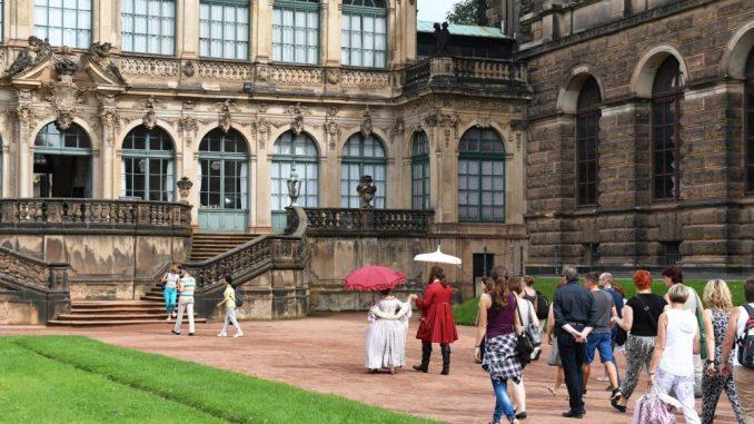 Touristen sehen sich den Zwinger in Dresden an. Foto: JENS KALAENE/Archiv