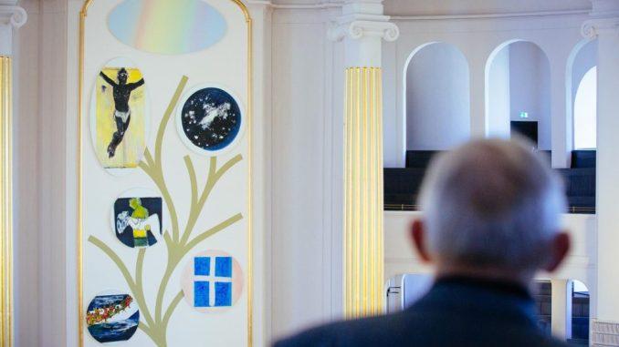 Das neue Altarbild hängt im Kirchensaal der Annenkirche in Dresden. Foto: Oliver Killig