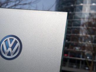 Ein Volkswagen Logo ist an einem Schild der Gläserne Manufaktur zu sehen. Foto: Arno Burgi/Archiv