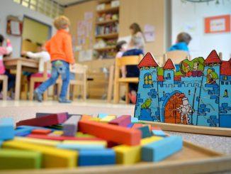Spielzeug liegt in einer Kindertagesstätte auf dem Boden. Foto: Monika Skolimowska/Archiv