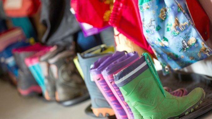 Gummistiefel in der Garderobe einer Kindertagesstätte. Foto: Jens Büttner/Archiv