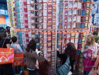 Dicht gedrängt stehen Besucher der Leipziger Buchmesse an einem Stand. Foto: Hendrik Schmidt/Archiv