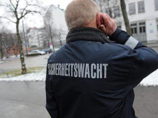 Ein Mann ist als Helfer für Sicherheitswacht im Einsatz. Foto: Andreas Gebert/Archiv
