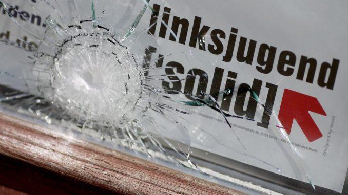 Ein Einschussloch in der Scheibe des Büros der Linke-Politikerin Juliane Nagel. Foto: Jan Woitas
