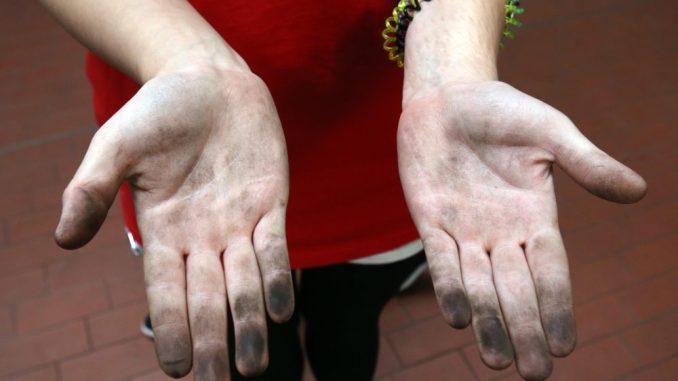 Ein Mädchen mit ölverschmierten Händen. Foto: Bernd Wüstneck/Archiv