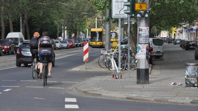 An der Kreuzung Bautzner/Ecke Rothenburger Straße mahnt ein weißes Rad an den Tod einer Radfahrerin 2016, in dessen Folge die Verkehrsführung provisorisch entflochten wurde. Foto: Una Giesecke