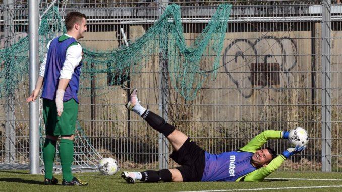 Der irakische Flüchtling Amar Al Jakobi vom Hoyerswerdaer FC wärmt sich auf. Foto: Sylvia Gerntke/Archiv