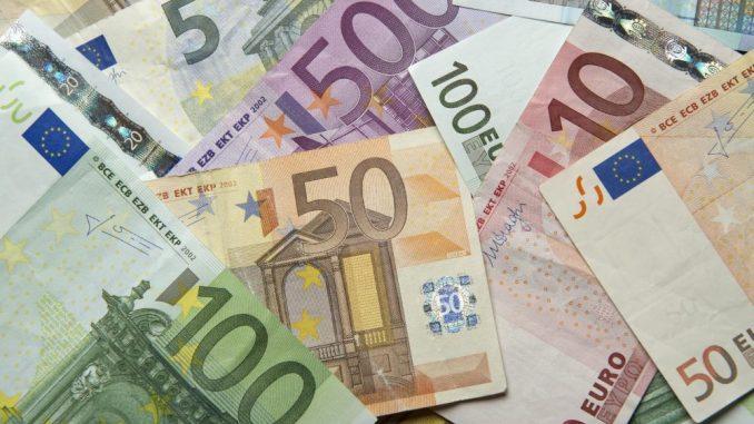 Zahlreiche Euro-Banknoten liegen auf einem Tisch. Foto: Daniel Reinhardt/Archiv