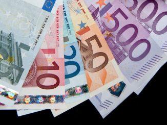 Ein Strauß verschiedener Euro-Geldscheine. Foto: Robert Schlesinger/Archiv