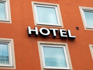 Schriftzug «Hotel» an einer Hauswand. Foto: Peter Kneffel/Archiv