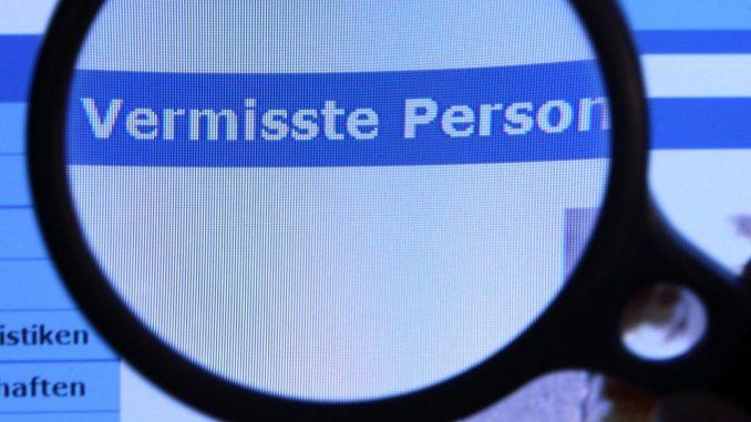 Hinter einer Lupe ist der Schriftzug «Vermisste Person» zu sehen. Foto: Jens Büttner/Archiv