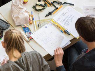 Schüler schreiben in der Aula des Lloyd-Gymnasiums die Klausur der Mathe-Olympiade. Foto: Ingo Wagner