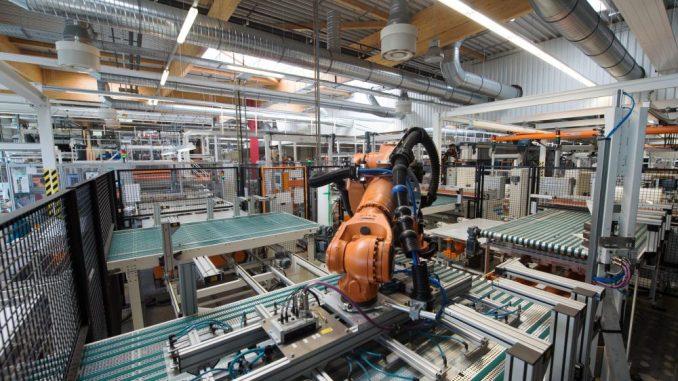Photovoltaikmodule werden in einer Fabrik mit Hilfe von Robotern gefertigt. Foto: Arno Burgi/Archiv