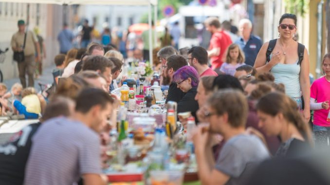 Die meisten Besucher der BRN sitzen zusammen und genießen das Wochenende. Jetzt werden Zeugen eines Konfliktes gesucht. Foto: Norbert Neumann