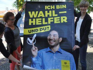 Adelheid Neupert (li. hinten) und Wahlleiterin Sandra Engelbrecht (r.) entrollen das erste Plakat. Foto: Una Giesecke
