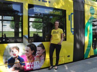 """Kathrin Socher ist mit ihren Kindern viel zu Fuß und per Rad unterwegs. Mit ihrem und anderen Dresdner Gesichtern wirbt jetzt die stadtweite Kampagne """"Multimobil"""" für die Nutzung von Alternativen zur Blechkolonne. Foto: Una Giesecke"""