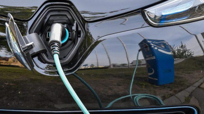 Elektroauto wird aufgeladen. Foto: Patrick Pleul/Archiv