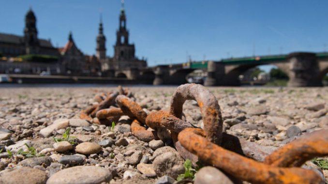 Die Trockenheit in der Elbe (wie hier im Jahr 2017) sorgt auch bei der Sächsischen Dampfschifffahrt für Probleme. Foto: Sebastian Kahnert/Archiv