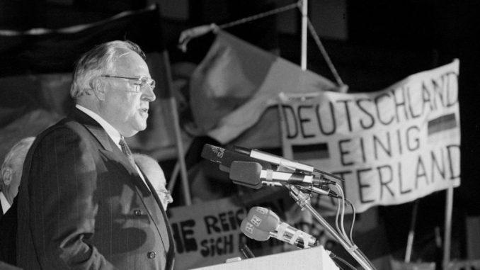 Am 19.12.1989 spricht Helmut Kohl in Dresden. Foto: dpa team