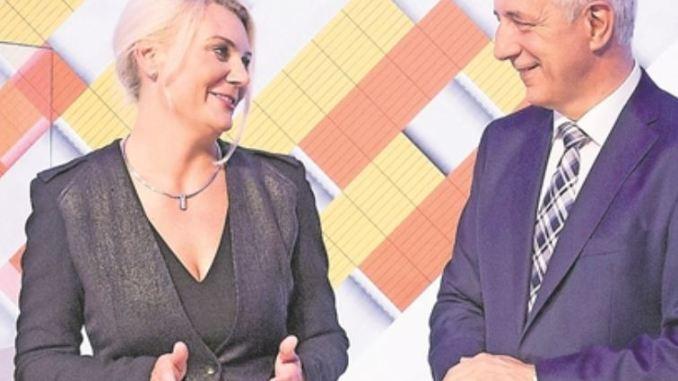 Es hat gefunkt, bleibt aber ohne Rauch: Sachsens Ministerpräsident Stanislaw Tillich und Stacey Kennedy, Chefin der Philip Morris GmbH, mit Iqos und Heets. Foto: Ronald Bonß