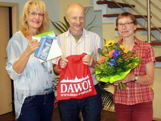 Matthias Däbritz und seine Frau freuten sich über den Blumenstrauß des Monats Juni, den Corina Nacke vom DAWO!-Team überreichte. Foto: M. Brückner