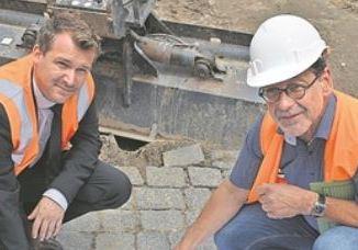 Raoul Schmidt-Lamontain (l.) und Reinhard Koettnitz zeigen die Pläne für die Querschnittsanierung. Foto: Thessa Wolf