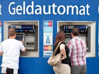Kunden stehen an Bankautomaten.Foto: Tobias Kleinschmidt/Archiv