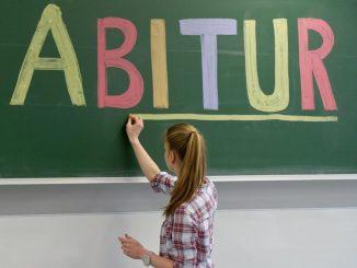 Das Wort «Abitur» steht an der Tafel. Foto: Tobias Kleinschmidt/Archiv