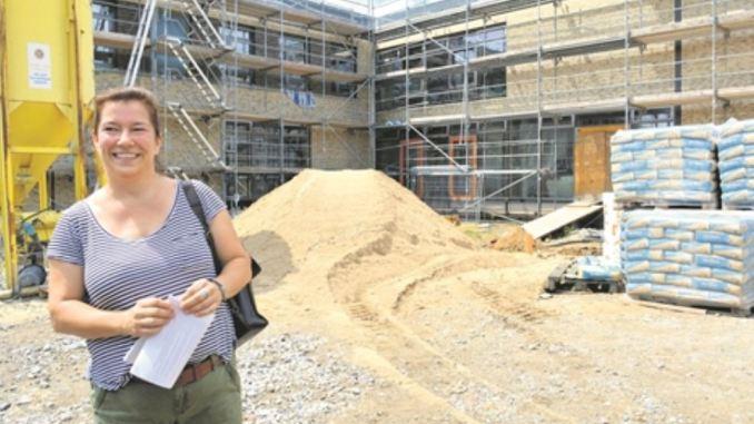 Am Dreiköniggymnasium gehen die Bauarbeiten bis 2020; Ines Neumer zeigt den Rohbau der 61. Grundschule. Foto: T. Wolf