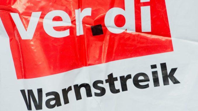 """Eine Streikweste mit der Aufschrift """"Warnstreik"""" und dem Verdi-Logo. Foto: Stefan Sauer/Archiv"""