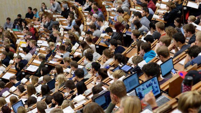 Studierende sitzen in einem Hörsaal und folgen einer Vorlesung. Foto: Swen Pförtner/Archiv