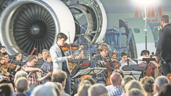 Kreative Konzert- kulisse: Die Moritzburg Festival Orchesterwerkstatt in den Elbe Flugzeugwerken Foto: Oliver Killig / PR
