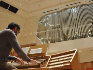 Johannes Adler von der Eule Orgelbau GmbH intoniert am 14. August die neue Orgel im Dresdner Kulturpalast. Foto: Una Giesecke