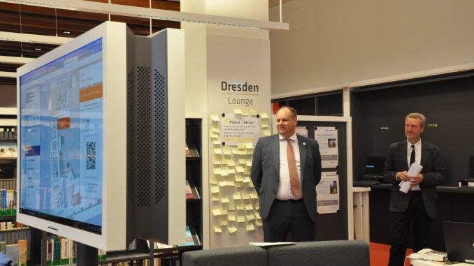 Oberbürgermeister Dirk Hilbert (li.) und Bibliothekschef Arend Flemming eröffneten am 12. Januar die Dresden-Lounge im Kulturpalast. Foto: Una Giesecke