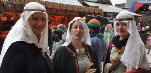 Sie nennen sich Sophia von Sconefeld oder Adelheid von Landsberg - die Frauen vom Verein Mark Meißen tragen nach historischen Vorbildern selbst geschneiderte Kostüme. Und so etwas kann schon mal neun Monate dauern. Foto: Una Giesecke