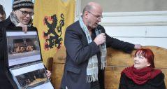 Intendant Manuel Schöbel im Gespräch mit Bestsellerautorin Sabine Ebert am Frühstückstisch im Dresdner STallhof während des dortigen Mittelaltermarktes am 5. Januar 2018 Foto: Una Giesecke