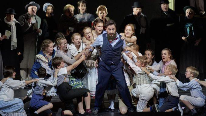 Der Kinderchor der Staatsoperette Dresden in Aktion in der Operette ORPHEUS IN DER UNTERWELT. Foto: Staatsoperette Dresden