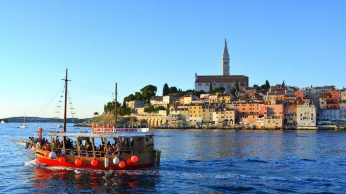 Eine Schiffstour ist bereits für zehn Euro zu haben, Getränke und Sonnen Untergang inklusive. (Foto: Thessa Wolf)