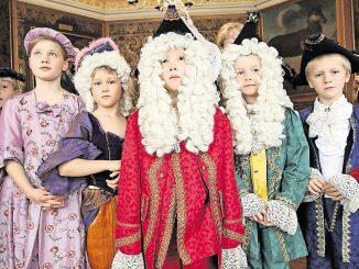 Schloss Moritzburg lädt ein zur Fürung im Kostüm. Foto: Matthias Hiekel / dpa