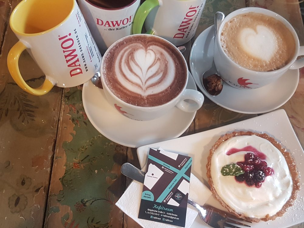 Zwei DAWO!-Tassen und ein Gutschein für ein Frühstück im