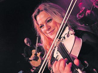 Katrin Wettin mit ihrem Markenzeichen - der weißen Geige. Foto: PR