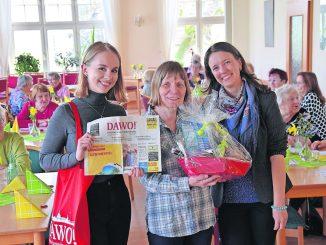 Natalia Heinecke (von der Volkssolidarität) und Regina Joos vom DAWO!-Team überraschten dieses Mal Gabriele Heyne mit dem Dankeschön des Monats. Foto: Juliane Zönnchen)