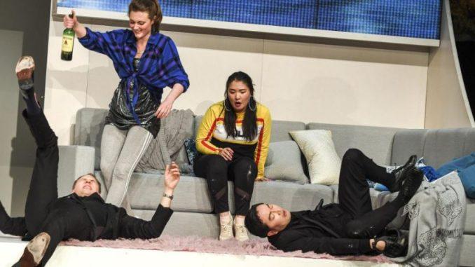 Damien Gastl, Julia Pietrusewic, Sol Her und Seongsoo Ryu von der Musikhochschule Dresden legen sich voller Spaß in ihre Rollen. Foto: Sebastian Hoppe